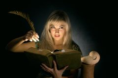 Het meisje met het boek Stock Afbeeldingen