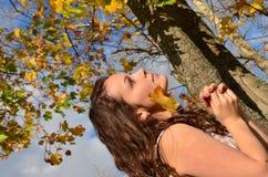 Het meisje met het gele blad Stock Foto's