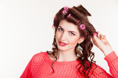 Het meisje met het krullen van ijzers maakt haarstijl royalty-vrije stock foto