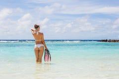 Het meisje met het materiaal voor vrij duiken stock afbeelding