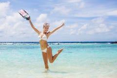 Het meisje met het materiaal voor vrij duiken Royalty-vrije Stock Afbeelding