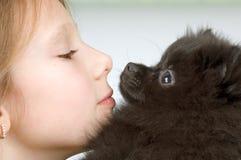 Het meisje met het puppy Stock Afbeeldingen