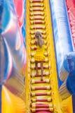 Het meisje met kabel beklimt een hoge heuvel op de trampoline stock afbeeldingen