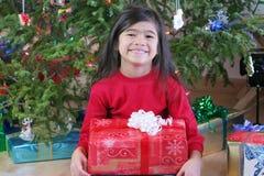 Het meisje met Kerstmis stelt voor Royalty-vrije Stock Afbeelding