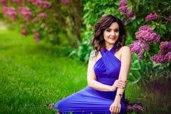 Het meisje met lilac Bush Royalty-vrije Stock Foto