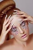 Het meisje met manicure Spijkerontwerp royalty-vrije stock foto's