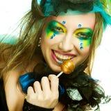 Het meisje met met creatieve samenstelling houdt lolly Stock Afbeeldingen