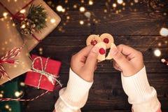 Het meisje met Met de hand gemaakte zoete koekjes voor Kerstmis stelt voor Stock Foto's