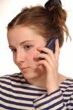 Het meisje met mobiele telefoon in een hand royalty-vrije stock afbeelding