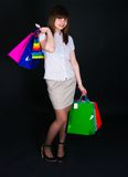 Het meisje met multi-colored document pakketten Stock Foto