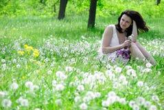 Het meisje met paardebloemen Royalty-vrije Stock Foto's