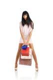 Het meisje met pakketten van winkel Stock Afbeelding