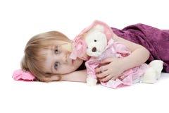 Het meisje met pluchestuk speelgoed draagt Stock Foto
