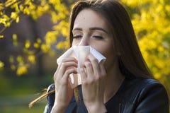Het meisje met polen allergie stock afbeeldingen