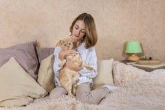 Het meisje met rode kat Stock Foto's