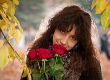 Het meisje met rode rozen Stock Foto