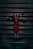 Het meisje met rood nam liggend op de treden bij nacht toe Royalty-vrije Stock Fotografie