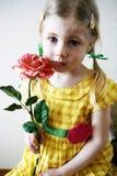 Het meisje met roze nam toe royalty-vrije stock afbeeldingen