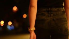 Het meisje met sexy billen in jeans gaat rond de stad laat bij nacht stock footage
