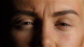 Het meisje met slecht zicht rimpelt neus en het loensen ogen Close-up stock videobeelden