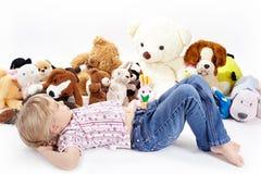 Het meisje met speelgoed Stock Afbeelding