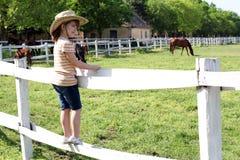 Het meisje met status drijft en het letten op hors bijeen stock fotografie