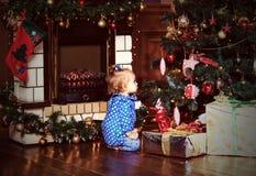 Het meisje met stelt bij Kerstmis voor Royalty-vrije Stock Foto