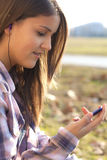 Het meisje met steun, luistert aan muziekspeler Royalty-vrije Stock Afbeeldingen