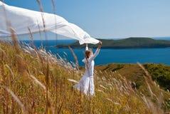 Het meisje met stof dient binnen de wind in Royalty-vrije Stock Afbeeldingen