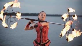 Het meisje met toortsbrand toont Langzame Motie stock video