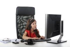 Het meisje met verbazing kijkt in gegevens verwerkt Stock Afbeeldingen