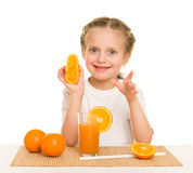 Het meisje met vruchten en de groenten maken sap Stock Afbeelding