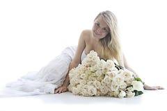 Het meisje met witte rozen Stock Foto's