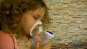 Het meisje met het ziekteastma, die een nebuliser thuis gebruiken stock video