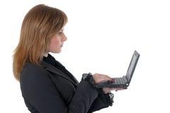 Het meisje met zwarte netbook Royalty-vrije Stock Afbeelding