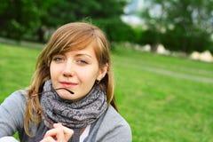 Het meisje in nadenkend een voorwaarde Royalty-vrije Stock Foto's