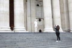 Het meisje neemt beeld van standbeeld Christus met prikkeldraadkroon in Fr Royalty-vrije Stock Foto