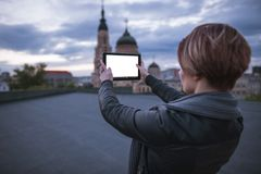 Het meisje neemt beelden van de stad op een tablet stock afbeelding