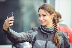 Het meisje neemt beelden van zich op de telefoon Stock Foto's