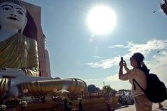 Het meisje neemt de beelden van beeldenboedha in Myanmar tempels stock fotografie