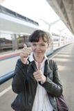 Het meisje neemt een trein Stock Fotografie