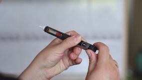 Het meisje neemt juiste dosis insuline op spuitpen op stock videobeelden