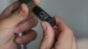 Het meisje neemt juiste dosis insuline op spuitpen op stock video