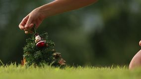 Het meisje neemt Sneeuwman van Kerstboom stock video