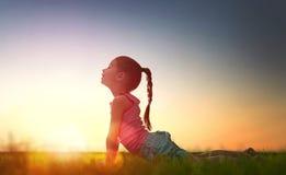 Het meisje oefent yoga uit Royalty-vrije Stock Afbeeldingen