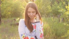 Het meisje in Oekraïener borduurde openlucht stock footage