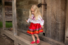 Het meisje in Oekraïens nationaal kostuum gaat voor een gang Royalty-vrije Stock Fotografie