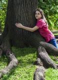 Het meisje omhelst boom Stock Afbeelding