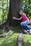 Het meisje omhelst boom Stock Fotografie
