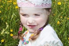 Het meisje is onder gele bloemen royalty-vrije stock afbeelding
